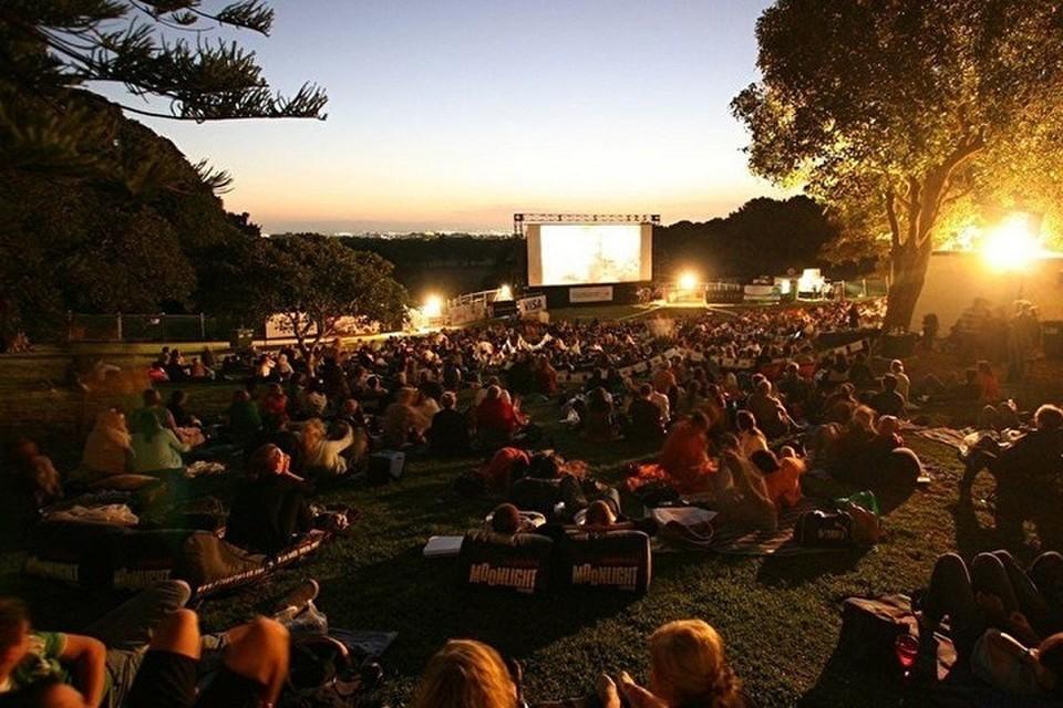Как подчеркивают организаторы, показ фильмов является бесплатным и выступает дополнительным атрибутом досуга к развлечению гостей. Фото: sxodim.com
