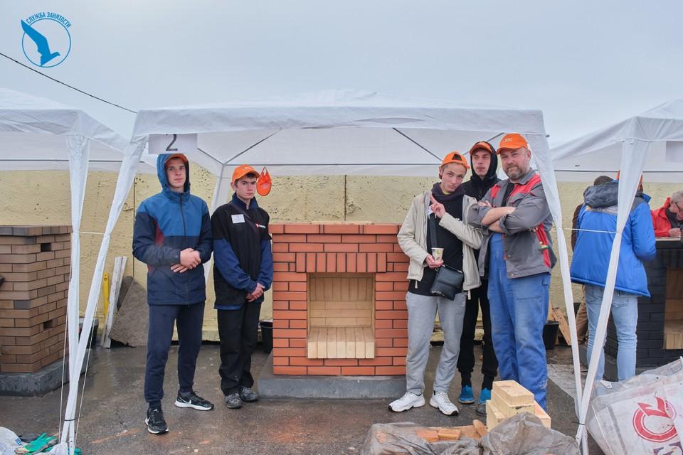 Участники конкурса должны были сделать камин за три дня.