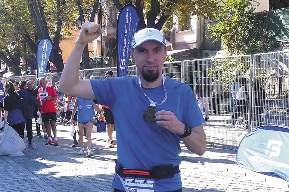 Александр Гранкин пробежал 42 км вдоль пролива Босфор. Фото Тольяттиазот.
