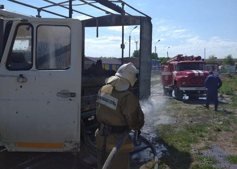 Огонь повредил в грузовике кузов