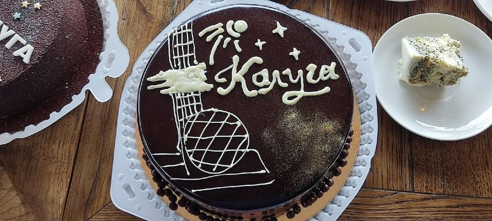 Торт-победитель сделан из шоколадного бисквита, творожного крема, карамели и орехов
