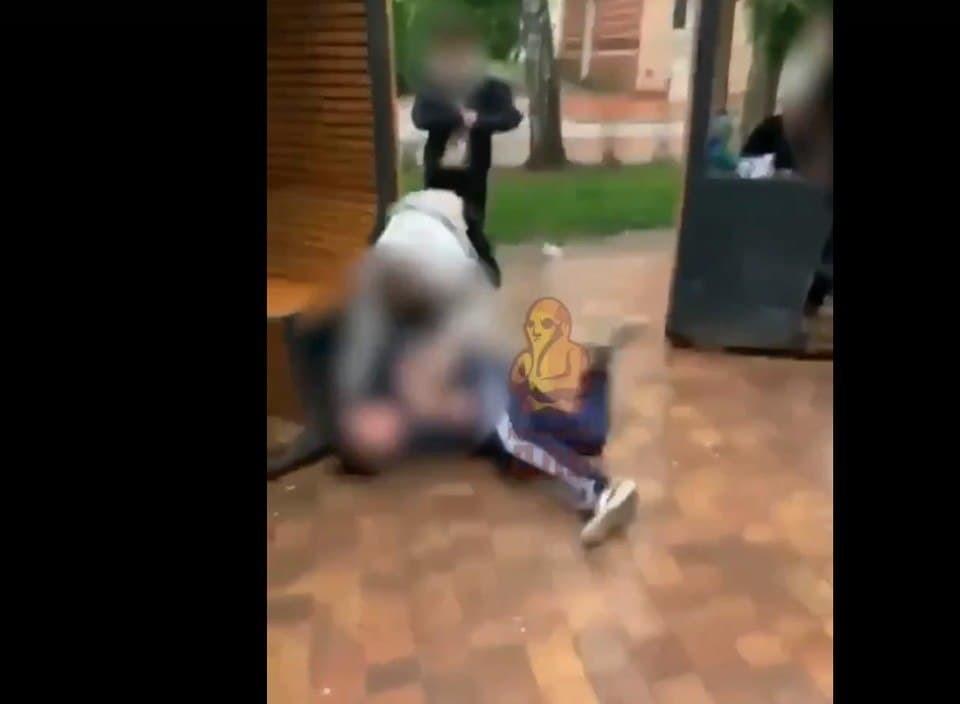 На записи видно, как 17-летний подросток бросает своего оппонента на землю и начинает бить лежащего кулаками по голове.
