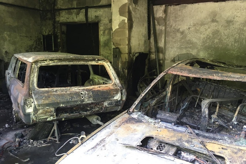 В Новосибирске на пожаре в СТО сгорели три машины. Фото: ГУ МЧС по НСО.