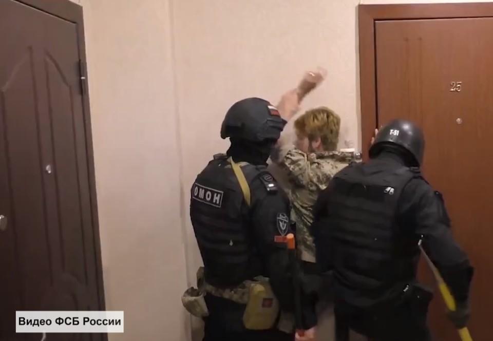 Кадр с видео ЦОС ФСБ по задержанию неонацистов в Саратове