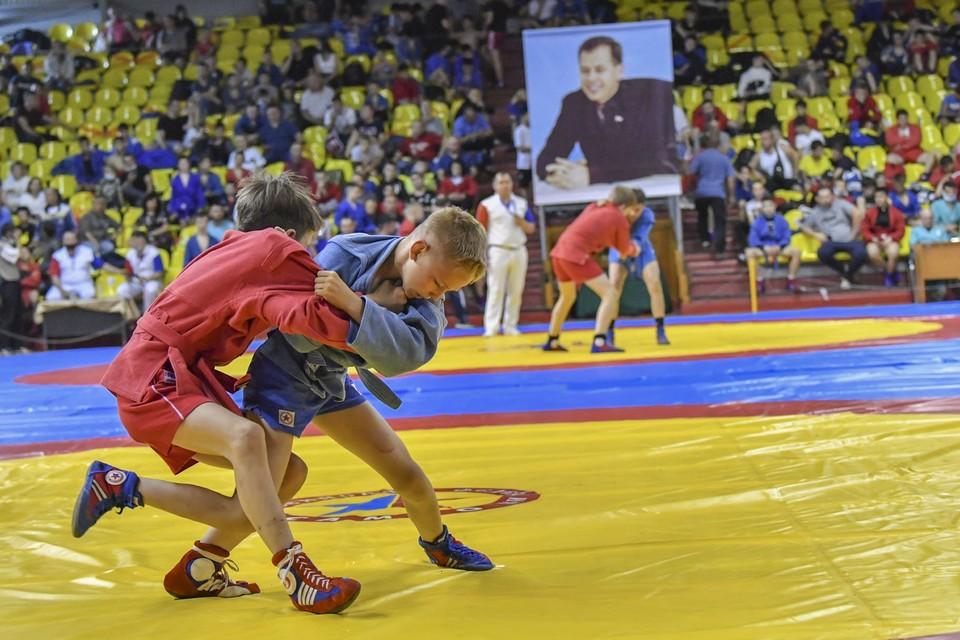 В Саратове открылся турнир по самбо памяти Рината Ахмерова