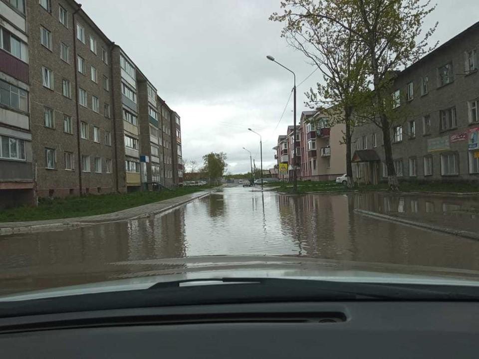 Анивчане постоянно жалуются на это явление и даже дали этому месту в городе говорящее название – «озеро Байкал»