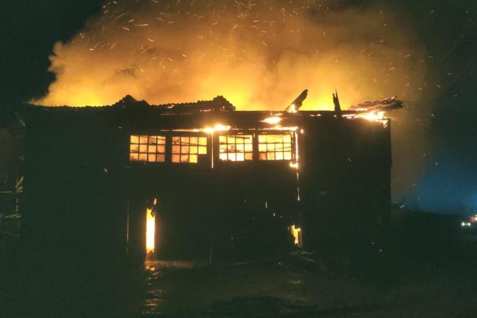 Пожар произошел в неэксплуатируемом здании. Фото: 43.mchs.gov.ru