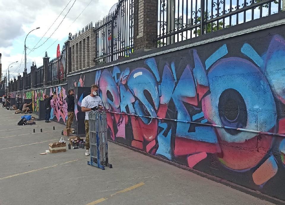 Художники разрисовали стену возле лофт-квартала на Фабричной, 37