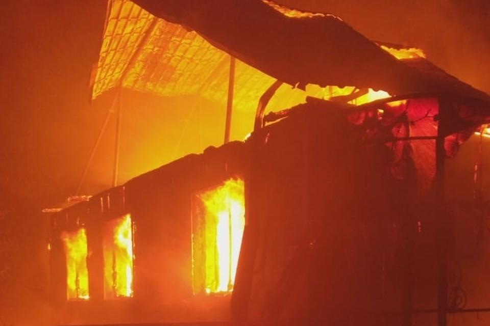 К приезду пожарных дом был практически полностью объят пламенем.