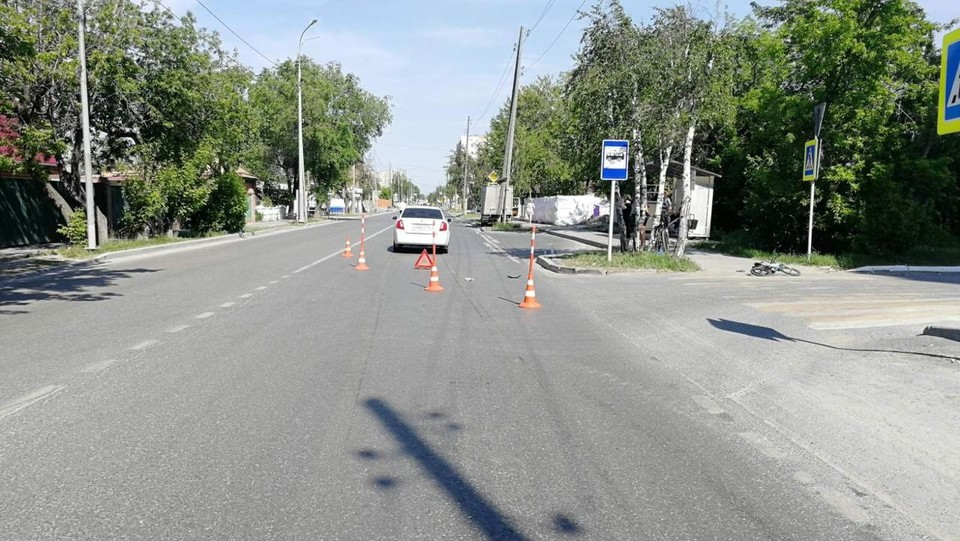 В Тюмени юный велосипедист, которого сбило авто, получил тяжелую травму.