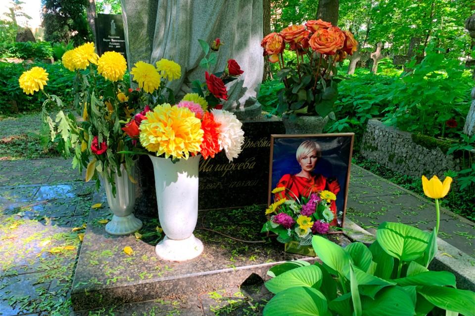 Показываем, как выглядит могила Марины Малафеевой, жены известного футболиста Вячеслава Малафеева.