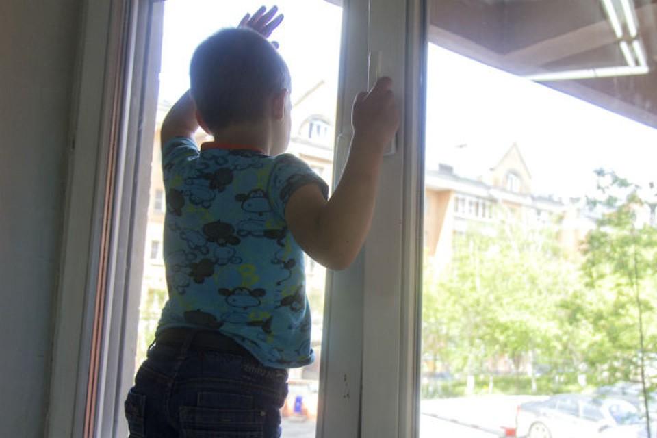 В Ярославле 3-летний мальчик упал из окна второго этажа