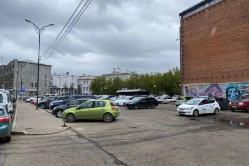 На парковке рядом с администрацией Иркутска появятся шлагбаумы. Фото: администрация Иркутска
