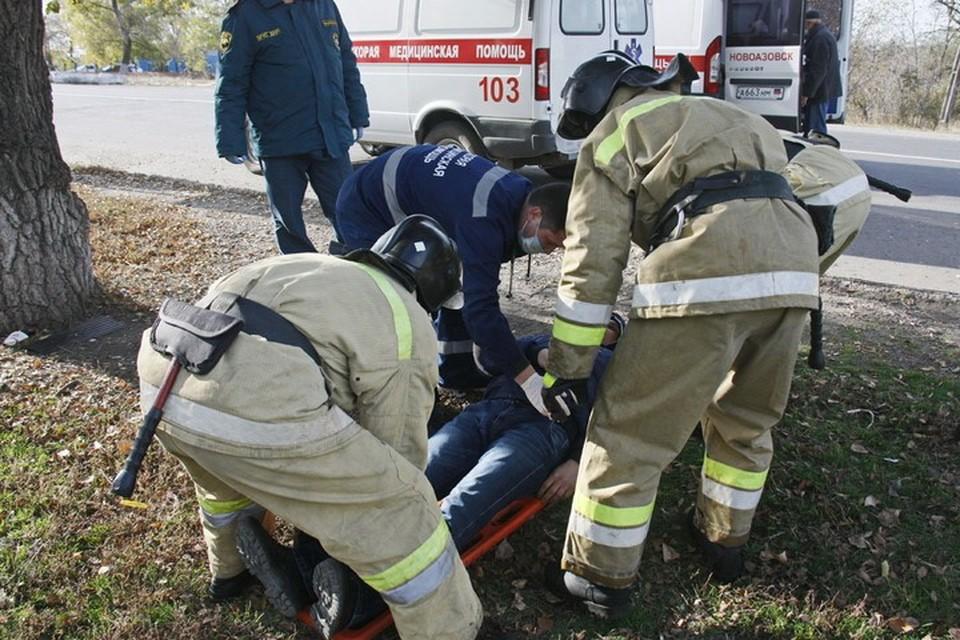 Пострадавших жителей Макеевки спасатели передали работникам скорой медицинской помощи. Фото: МЧС ДНР