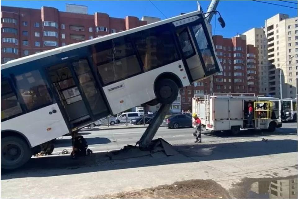 Комтранс назвал причины ДТП с взлетевшим автобусом.