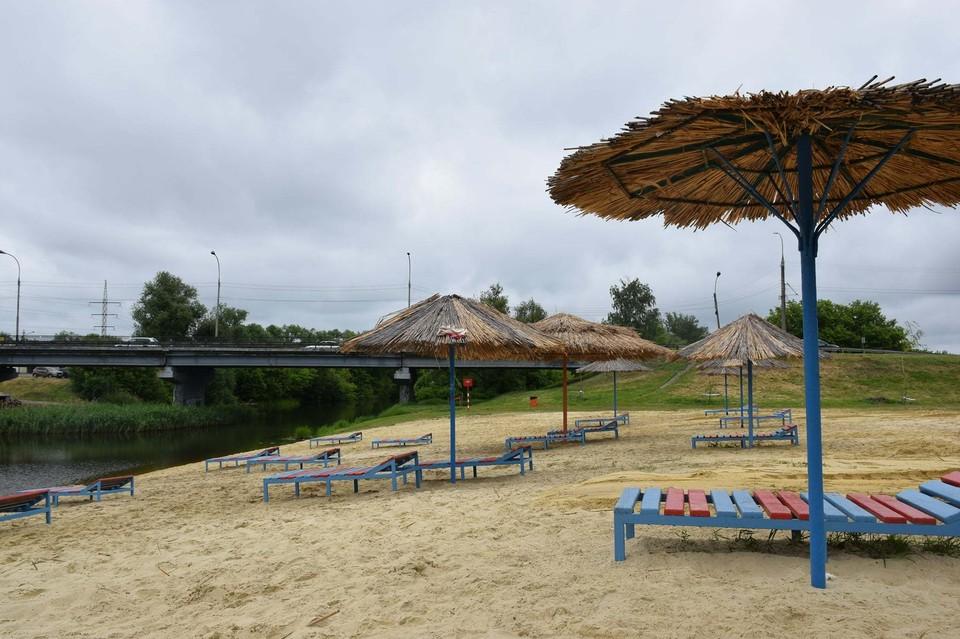 Пляжи готовы, но погода к водным процедурам пока не располагает
