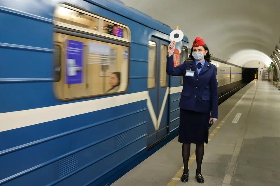 На синей ветке метро Петербурга устранили сбой в движении поездов.