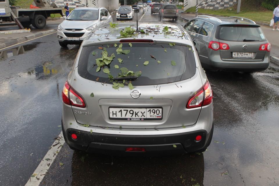 Если вы находитесь в дороге во время грозы, то вам следует остановить автомобиль.