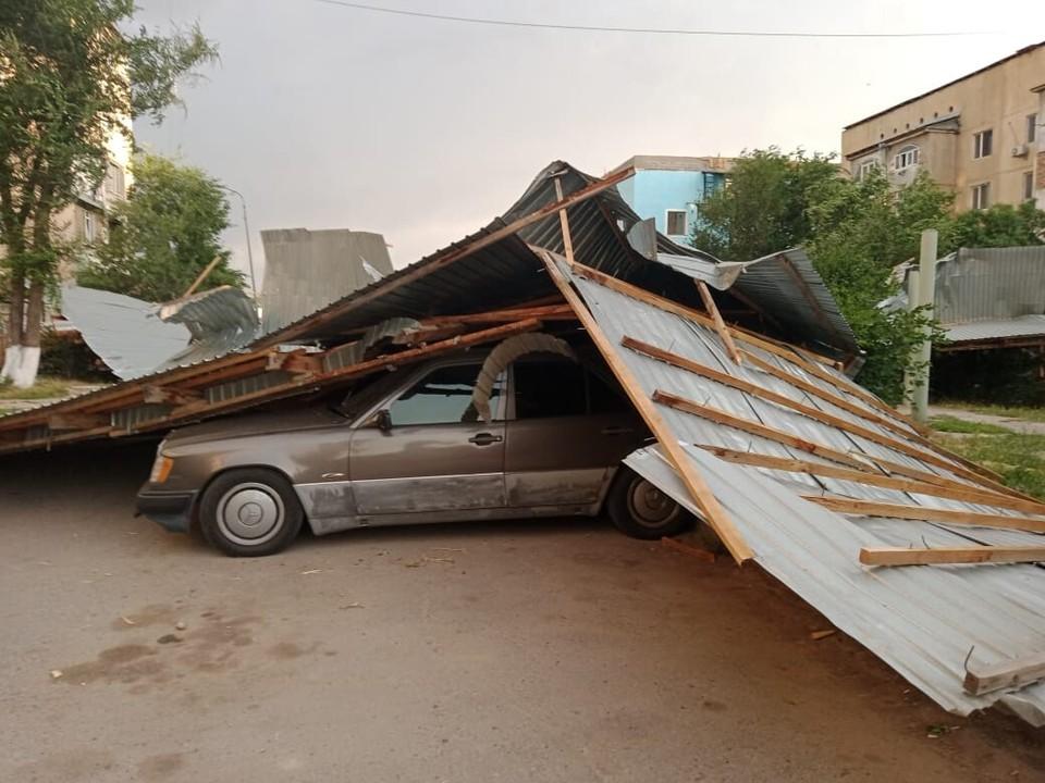 Крыши сорвало на припаркованные рядом автомобили