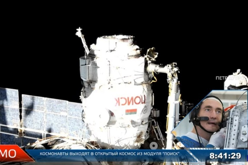 Хабаровчанин Петр Дубров выходит в открытый космос. Фото: скриншот с прямой трансляции.