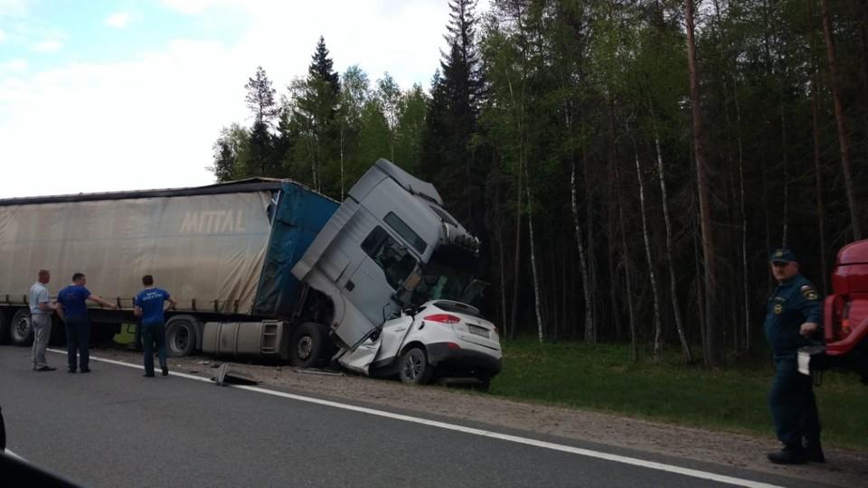 Иномарка полностью оказалась под грузовиком