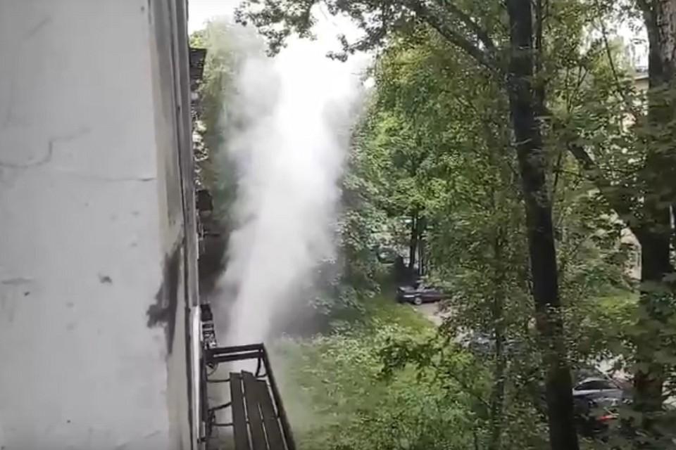 На улице Костюшко прорвало трубу. Фото: vk.com/spb_today