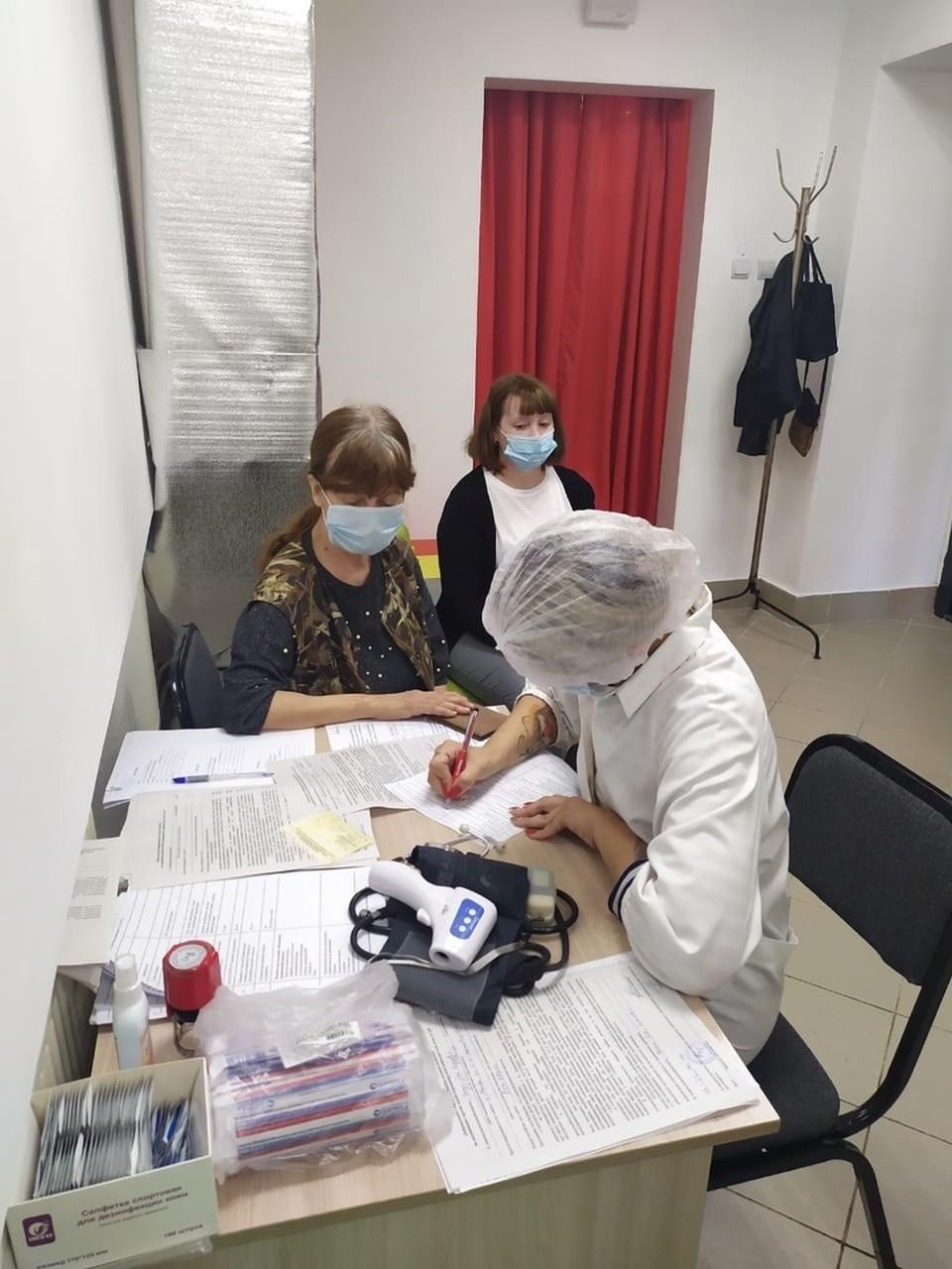 Власти пытаются простимулировать омичей ставить вакцину.