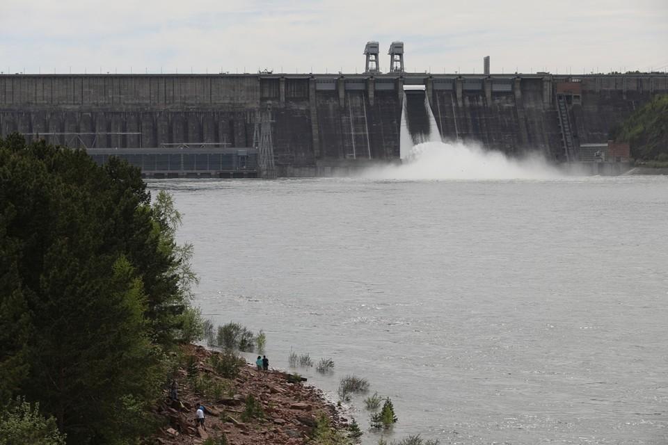 Видео сброса воды на Красноярской ГЭС 2 июня 2021 поразило красноярцев