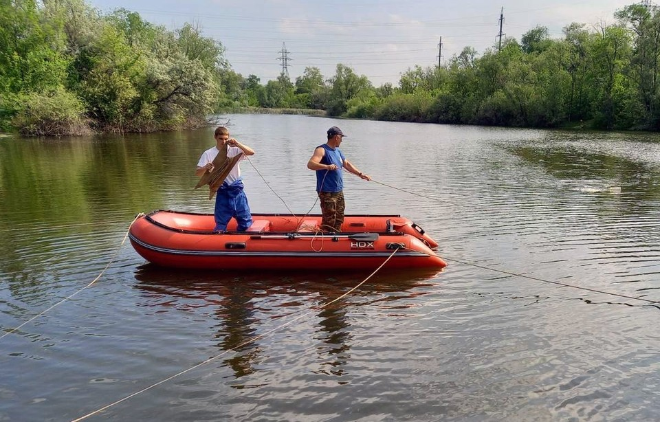 Работы по водолазным поискам велись с лодки на середине озера. Фото: ПСС по Самарской области