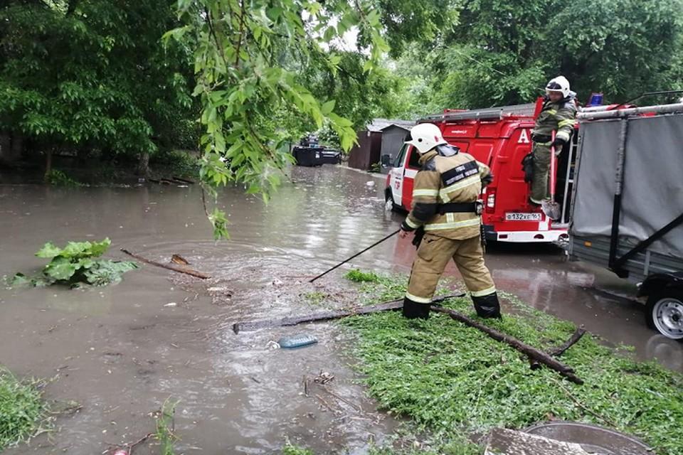 Во время дождя уровень воды в коллекторе сильно поднялся, и все хлынуло на улицу Фото: пресс-служба МЧС России по РО