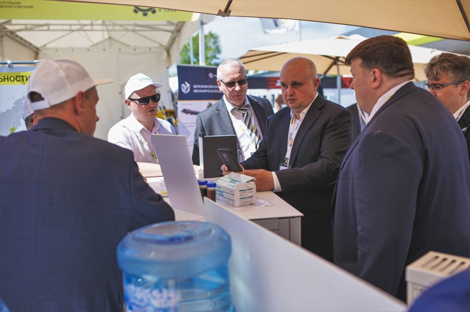 Среди представленных экспонатов главу региона особенно заинтересовал погрузчик пневмоколесный шахтный «ППШ-1000-К».