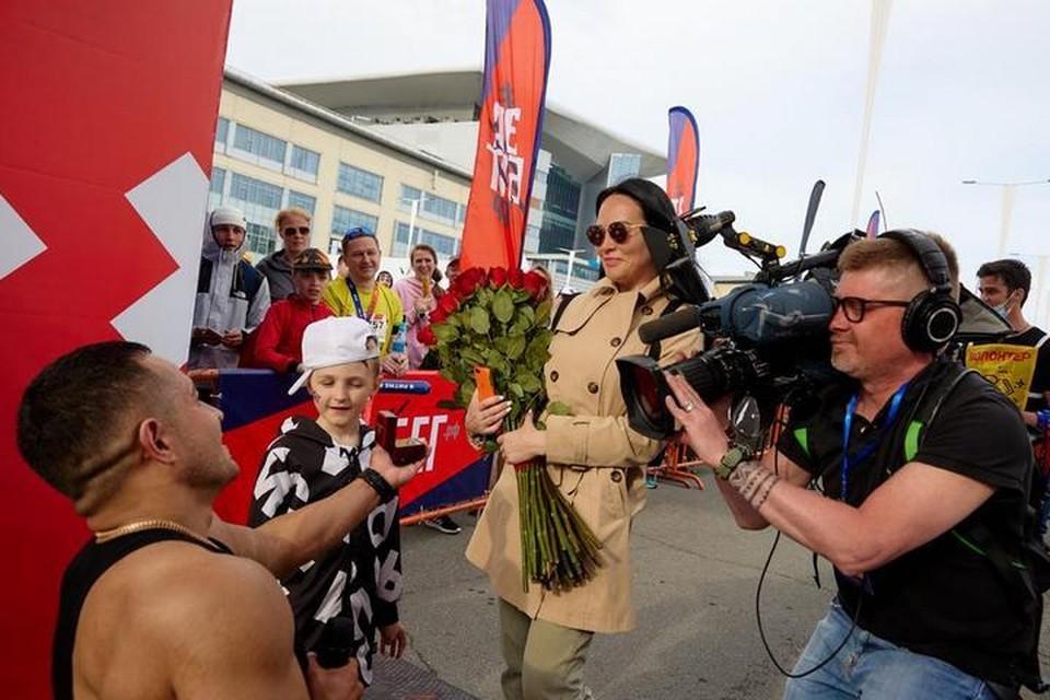 Сразу после финиша Григорий встал на колено и сделал предложение Юлии. Фото: Виктор Гохович.