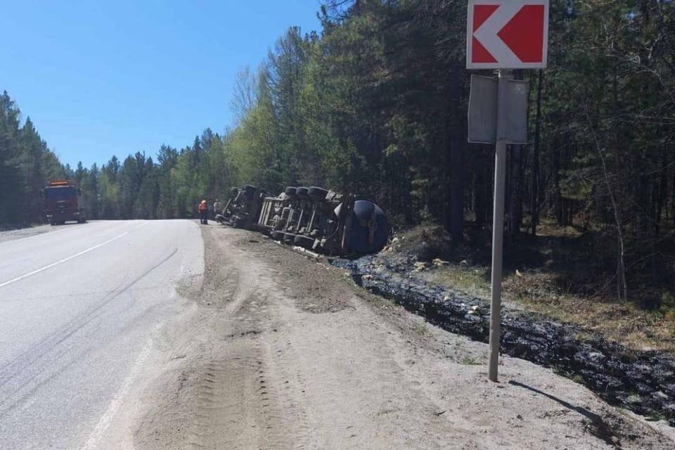 Разлив битума произошел на Култукском тракте из-за перевернувшейся фуры в Шелеховском районе