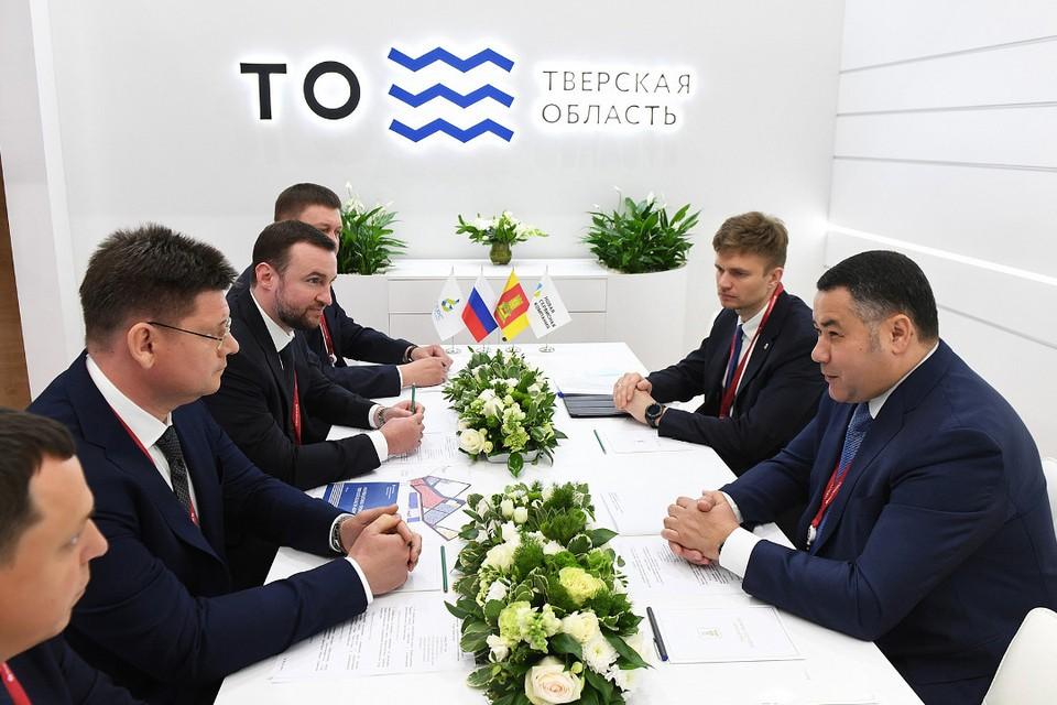 Губернатор подписал соглашение с директором компании. Фото: ПТО