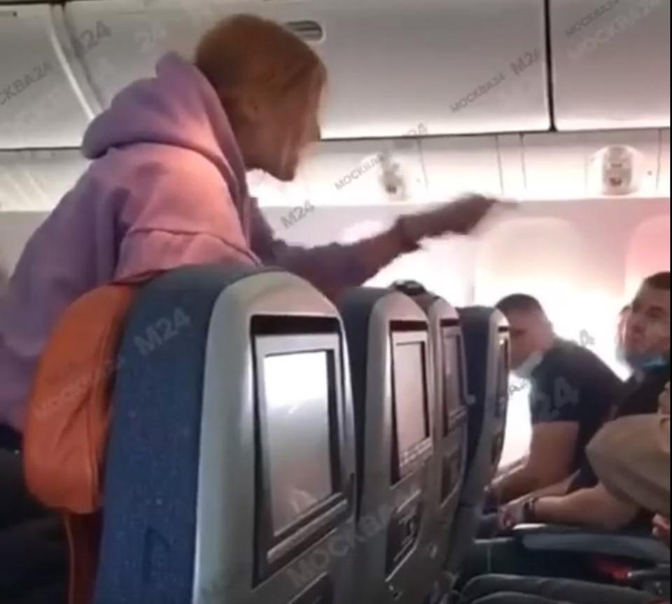 Россиянка кричала и возмущалось прямо во время полета. Фото: Скриншот из видео