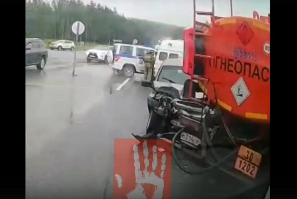 """Водитель Chevrolet Niva ехал на высокой скорости и не успел затормозить. Фото: скрин видео """"Агентство чрезвычайных новостей""""."""