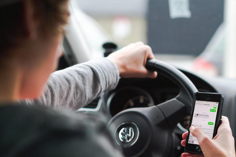 Многие водители признаются в том, что пользуются гаджетами за рулем. Фото: roadpol.eu