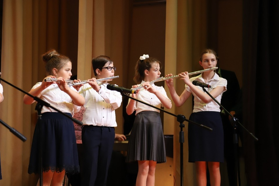 Шестерым лучшим воспитанникам из Яснозоренской, Краснооктябрьской, Майской и Северной детских школ искусств вручили дипломы лауреатов и денежные вознаграждения.