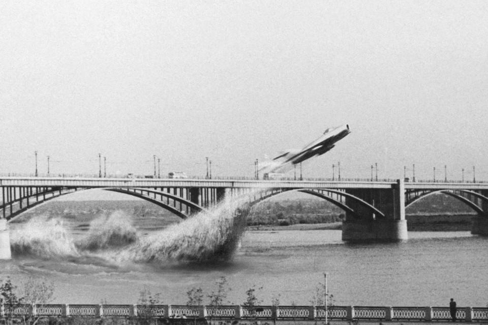 «Подвиг» летчика изображен только на коллаже. Фото: Евгений СОЦИХОВСКИЙ.