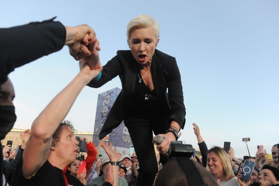 Диана Арбенина ворвалась в толпу на Дворцовой площади во время концерта на ПМЭФ-21.