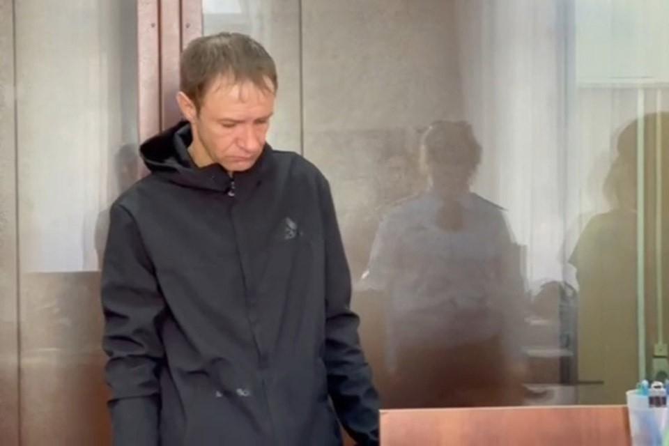 Почти трое суток москвич Андрей Бережной провел в бегах. Из Басманного суда он сумел скрыться в первый день лета, 1 июня. Тогда в зале судебных заседаний слушалось дело по повторному обвинению его в убийстве мужчины нетрадиционной ориентации. Фото: Россия 24