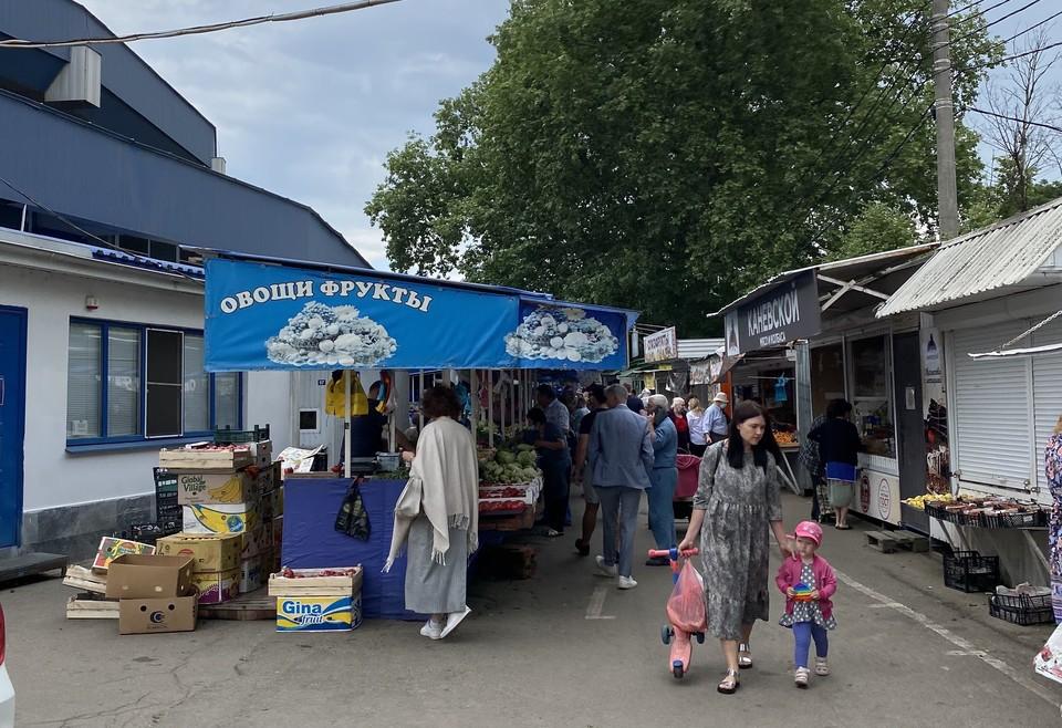 Овощной отдел на Сенном рынке Краснодара