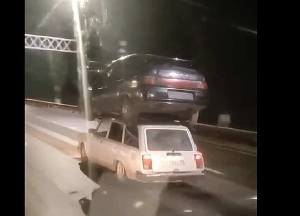 Фото: скриншот видео/ Чем закончилась эта история и грозит ли предприимчивому водителю наказание за такой способ перевозки, уточняется