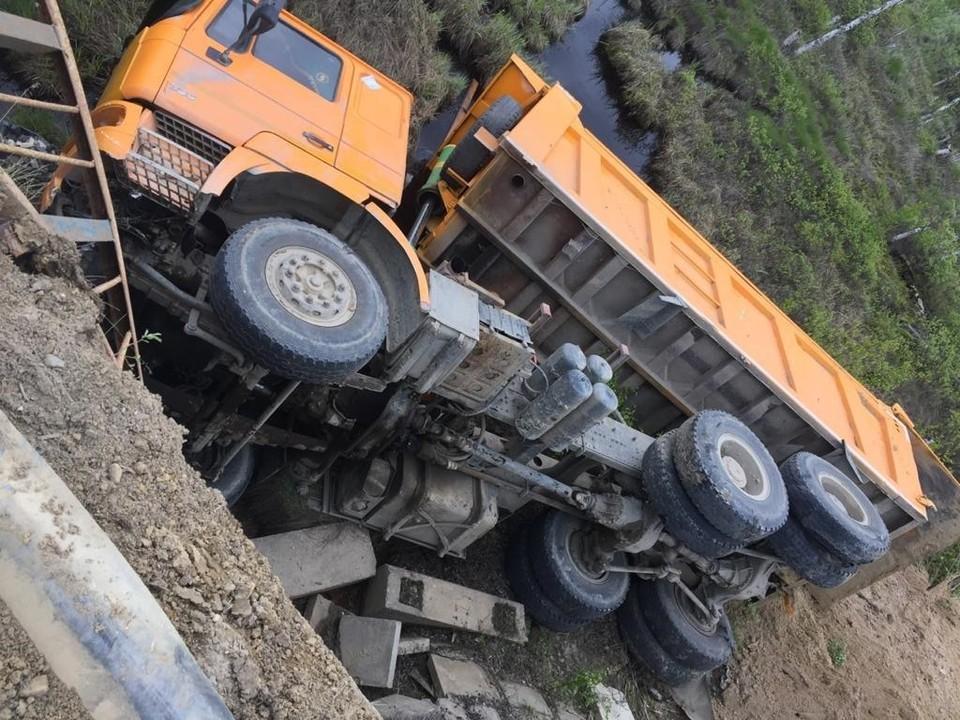 На трассе в Югре грузовик съехал в кювет и перевернулся Фото: УГИБДД УМВД России по ХМАО – Югре