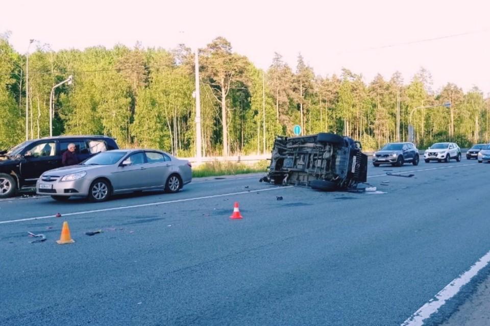 """На Зеленогорском шоссе """"Фольксваген"""" и """"Гелендваген"""" устроили массовое ДТП с тремя пострадавшими. Фото: vk.com/dorinspb"""