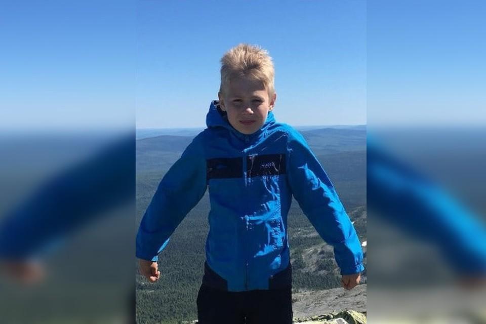 """В день исчезновения мальчик был одет в синюю ветровку с капюшоном, темно-синие спортивные штаны. Фото: Поисковый отряд """"ЛизаАлерт"""" Свердловской области"""
