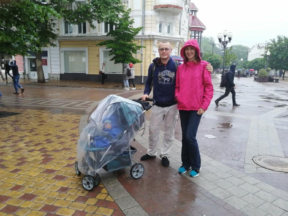 Летний дождь не мешает крымчанам радоваться и гулять на свежем воздухе.