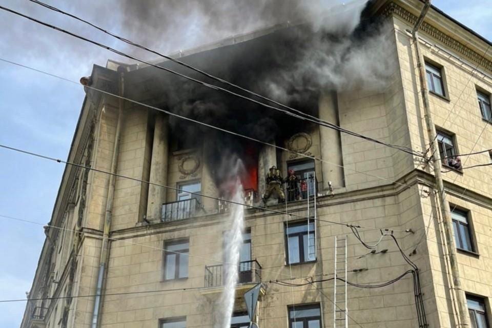 Женщину с двумя детьми спасли из квартиры на Стачек. Фото: vk.com/spb_today