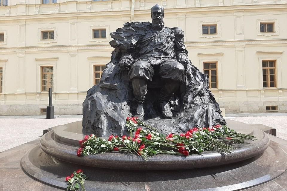 Памятник Александру III открыли в Гатчинском дворце.