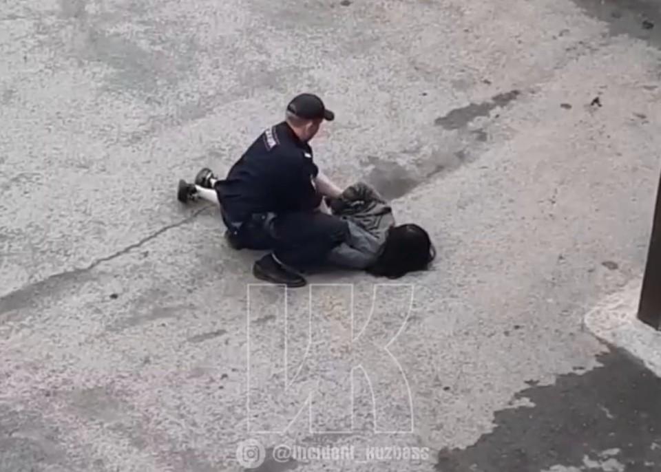 В Кемерове 16-летнюю девушку скрутила полиция из-за драки с ровесницей. Фото: ВКонтакте/inc_kuzbass.